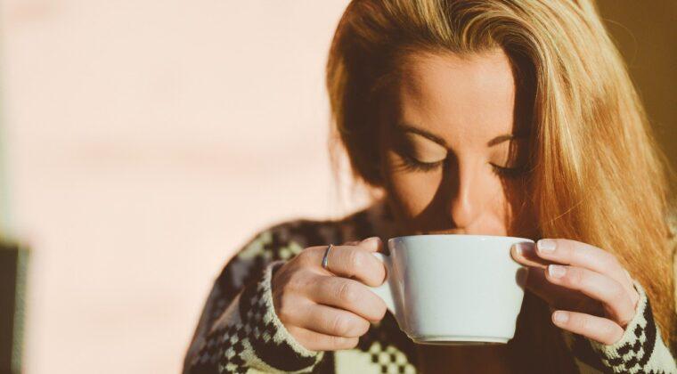 dudak-botoksu-sonrasi-kahve-icilir-mi